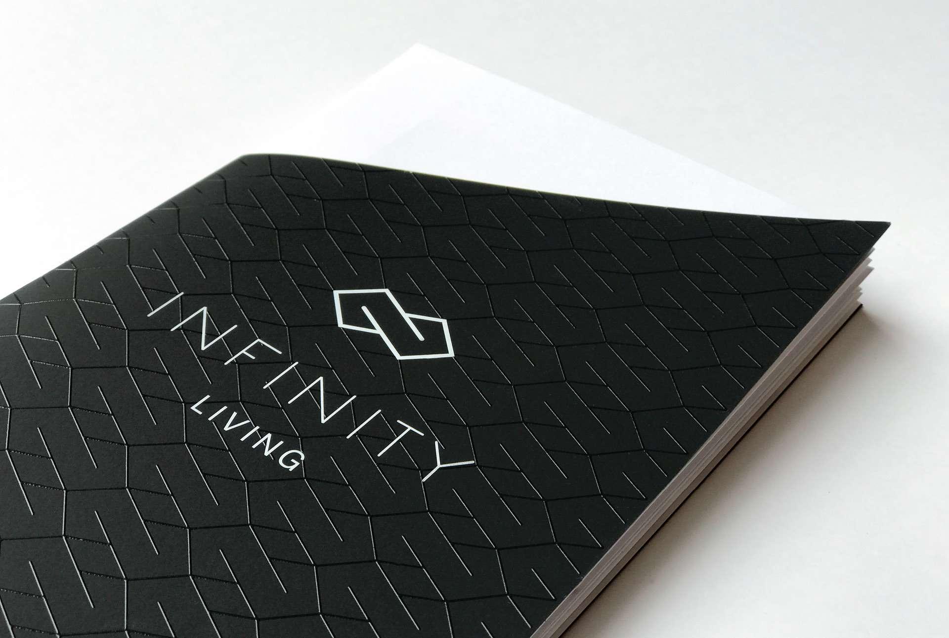 Une brochure dévoilant une identité visuelle sobre et chic, à l'image du projet immobilier