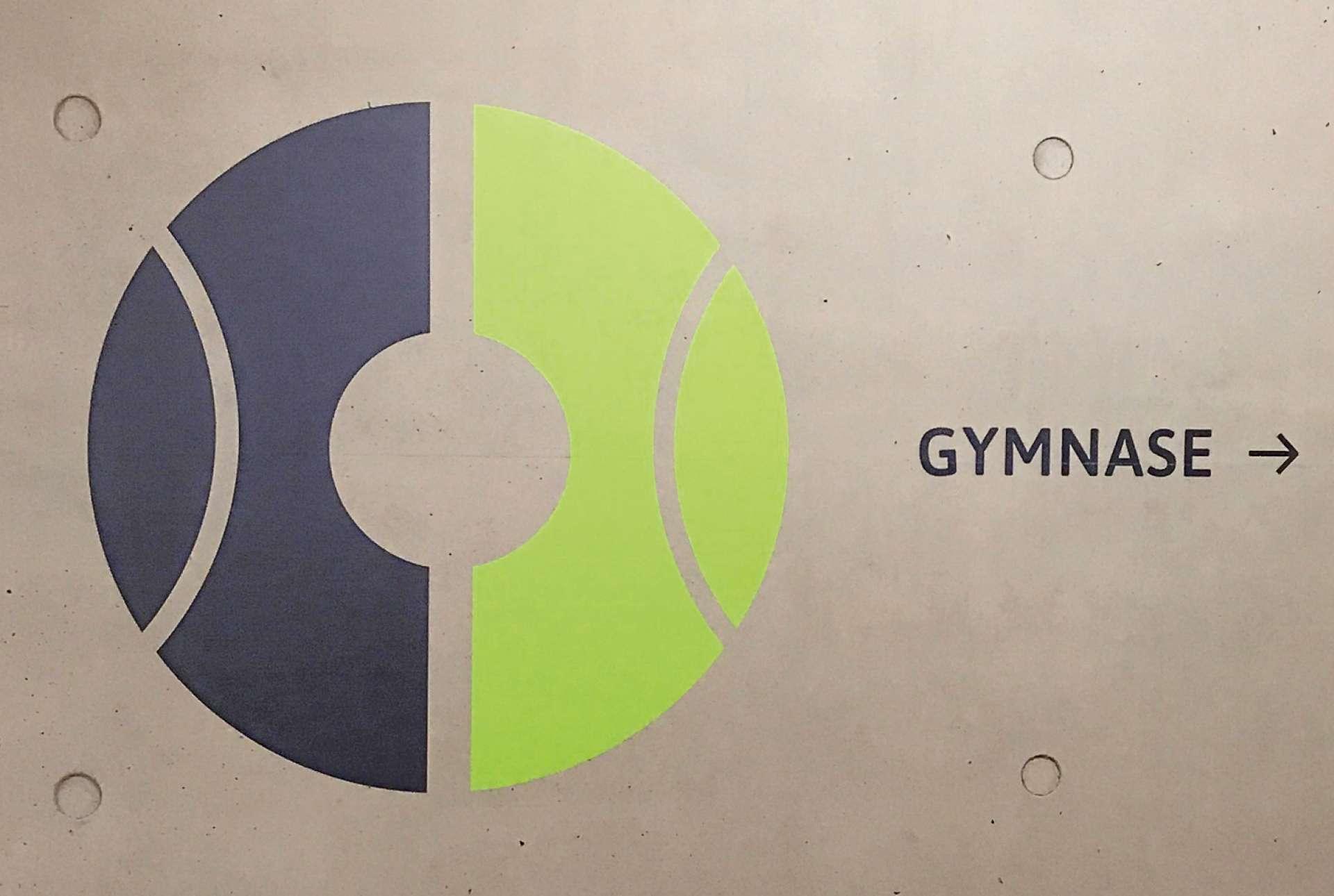Signalétique directionnelle montrant l'accès au Gymnase des établissements Vauban au Luxembourg